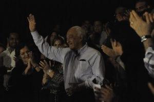 El maestro Papa Molina, recibe el saludo del ministro de Cultura, y los aplausos del público.