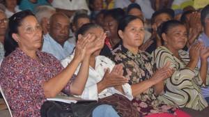 Mujeres productoras aplauden el anuncio del presidente Medina.
