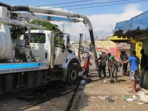Brigadista limpian bajo la utilizacion de camion subcionador