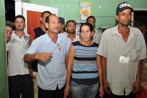"""Integrantes de la Junta de Vecinos """"Ramón Antonio Meléndez"""", muestran su rechazo a la acción de los haitianos. Foto Alex Reynoso."""