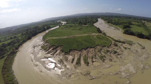 Impresionante extracción ilegal de arena en el rió Yasica