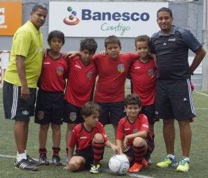 Saint Thomas School, los jugadores junto a sus entrenadores Oscar Almonte y Pablo de la Cruz.