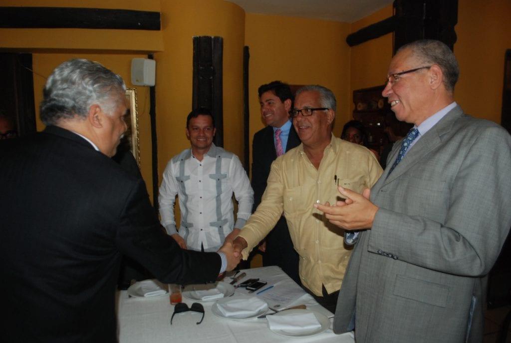 El presidente del PRD saluda a alcaldes participantes en la reunión.