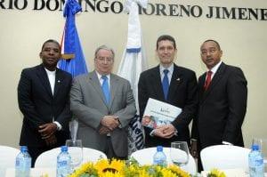 El reverendo Sergio de la Cruz, el doctor Radhamés Mejía, el maestro Miguel Ángel Moreno y el maestro Eleuterio Ferreira Calderón integraron la mesa de honor.
