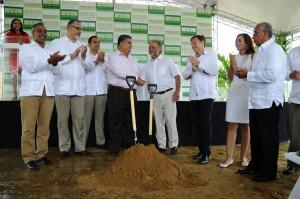Los empresarios Carlos Larrauri, Miguel Rodríguez Brenes, Jean-Christophe Bestaux  y Pierre Girard, encabezan el acto de inicio del parque de energía renovable.