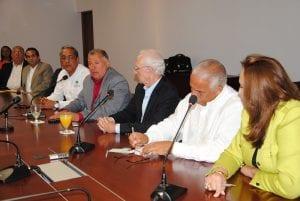 El Alcalde de Santiago, Doctor Gilberto Serulle mientras habla en la rueda de prensa donde se anuciò la celebracion del dia amigable de la familia y el medio ambiente