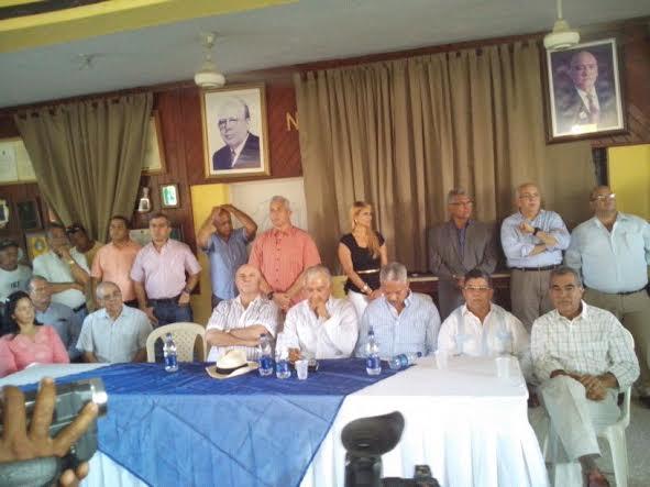 Hipólito Mejía junto a dirigentes del PRD en Mao.