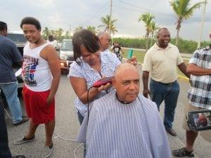 Una estilista raspa la cabeza del empresario.