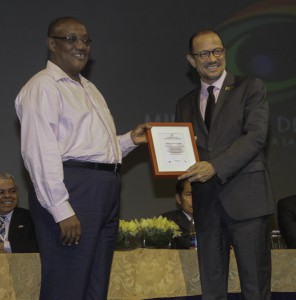 Mateo Morrison recibe el reconocimiento del Ministro de Cultura