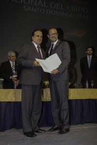 El embajador de Perú recibe la carta que acredita a ese país como invitado de honor de la feria del 2015.