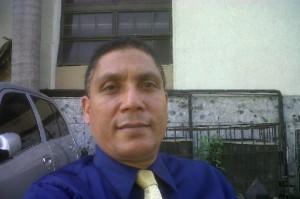 Nepoleón Rojas, periodista, quien fue agredido por los delincuentes.