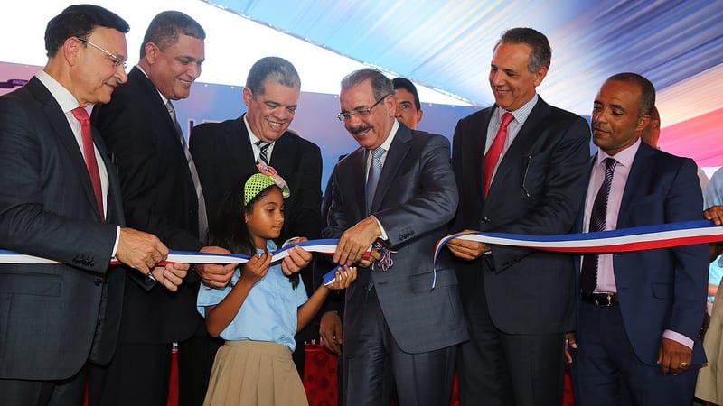 El presidente Medina deja inaugurada una escuela en María Trinidad Sánchez.