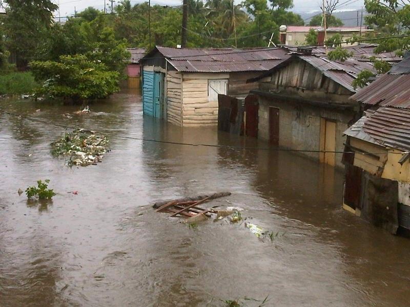 Viviendas inundadas en el sector conocido como el Riito de La Vega, foto Amín Rosario.