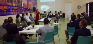 El ex presidente Leonel Fernández escucha explicaciones sobre la incubadora tecnológica.