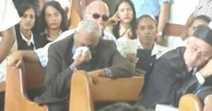 El padre de Jordi Veras, reputado abogado no contener las lágrimas. Foto Federico Basilis.