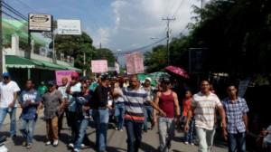 Residentes en Villa González marchan por las calles de ese municipio, en contra de la instalación de una fábrica de desechos hospitalarios.