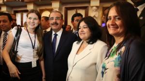 El mandatario junto a invitados al acto de apoyo al emprendimiento.