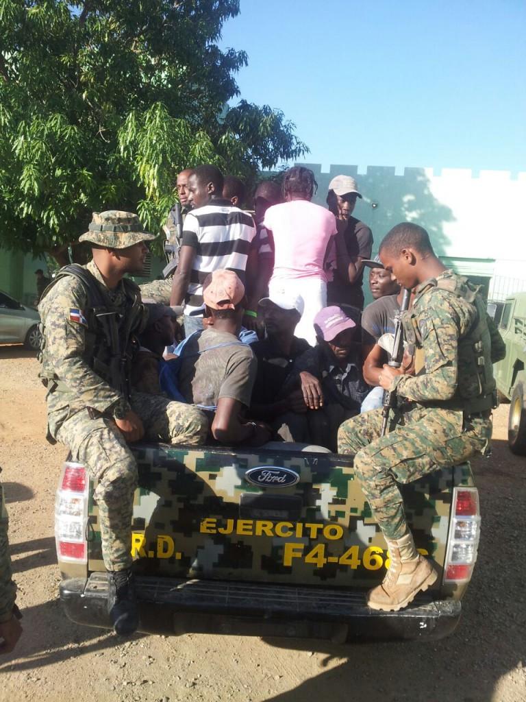 Militares con haitianos