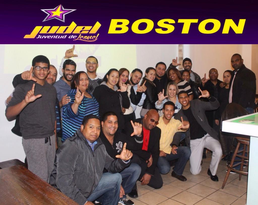 Seguidores del ex presidente Leonel Fernández muestran su apoyo al líder en Boston.