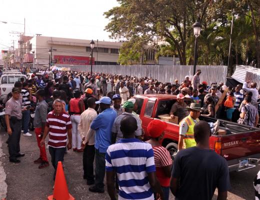 Cientos de haitianos frente a la gobernación de Santiago buscan ajustarse al plan de regularización.