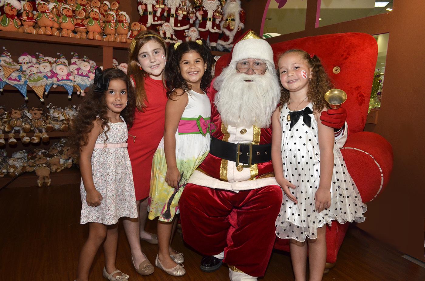 Silvana Tejada, Vivían García, Stephanie Jacobo y Cristina Marotto García con Santa Claus