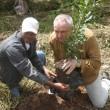 El director ejecutivo de CEPF, Olivier Langrand, mientras siembra una plantita de macadamia en la Reserva Privada El Zorzal.