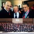 Tony Peña R., en la derecha; en el centro el presidente mundial, señor Rafael Santonja y en la izquierda, Gianni Francese, representante italiano. Abajo, representantes de federaciones aficiliadas a la IFBB durante el Congreso mundial celebrado recientemente.