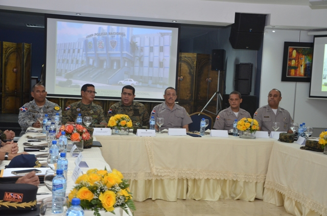 Jefe militares y policiales reunidos coordinando las acciones de partrullaje en Navidad