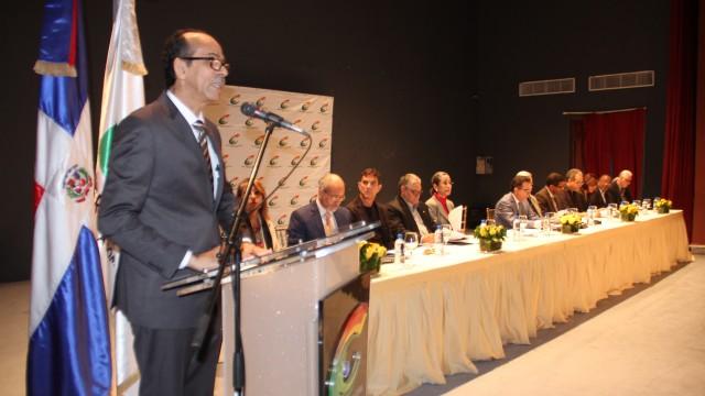 El viceministro Carlos Santos se dirige a los gestores culturales que participaron en la sesión.