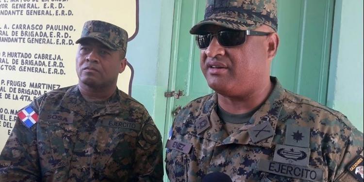 En primer plano el coronel involucrado en el incidente y posteriormente sustituido del cargo.
