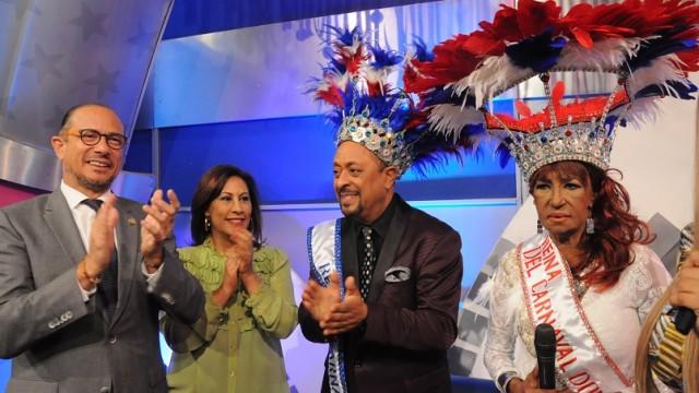 El ministro José Antonio Rodríguez, Ediltrudis Pichardo, Michael Miguel y Fefita La Grande al ser coronados como reyes del Carnaval de Santo Domingo.