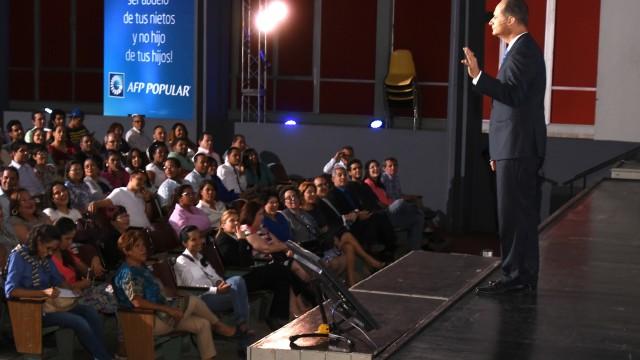 """Más de 700 personas asistieron a la charla donde el destacado conferencista y coach financiero dijo que """"lo importante es entender que debemos comprar las cosas que necesitamos antes de las que queremos"""", explicó."""