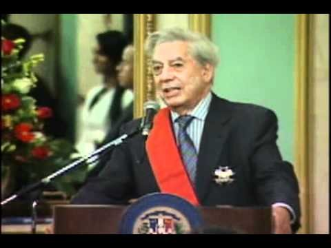 Mario Vargas Llosa recibe condecoración del Gobierno Doominicano en el 2010.