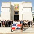 El gobernador del BCRD, Héctor Valdez Albizu, y la vicegobernadora, Clarissa de la Rocha de Torres, sostienen la Bandera Nacional durante la ofrenda floral. Le acompañan funcionarios de la institución.