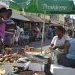 Dos vendedoras de frutas, granos y vegetales en el mercado callejero de Pequeño Haití, en Santo Domingo, la capital de República Dominicana. Ellas permitieron ser fotografiadas, pero prefirieron no hablar sobre su situación. El miedo forma parte de la vida de las inmigrantes haitianas en el país. Crédito: Dionny Matos/IPS