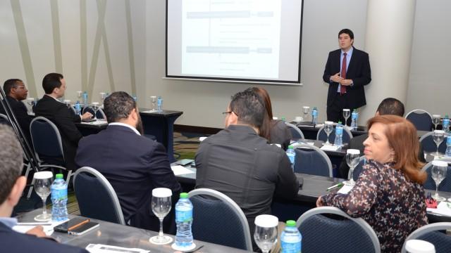 El experto de la OEA, Diego Subero, interviene en el encuentro intersectorial para evaluar las capacidades de respuestas a incidentes de seguridad cibernética en el país.