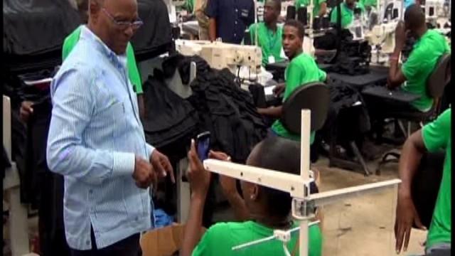 -El Presidente interino haitiano Jocelerme Privert en su visita a la empresa Codevi, foto Carlos Bueno