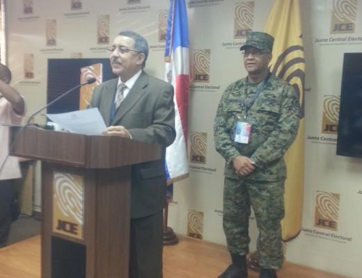 Felix Reyna en declaraciones en la sede de la JCE.