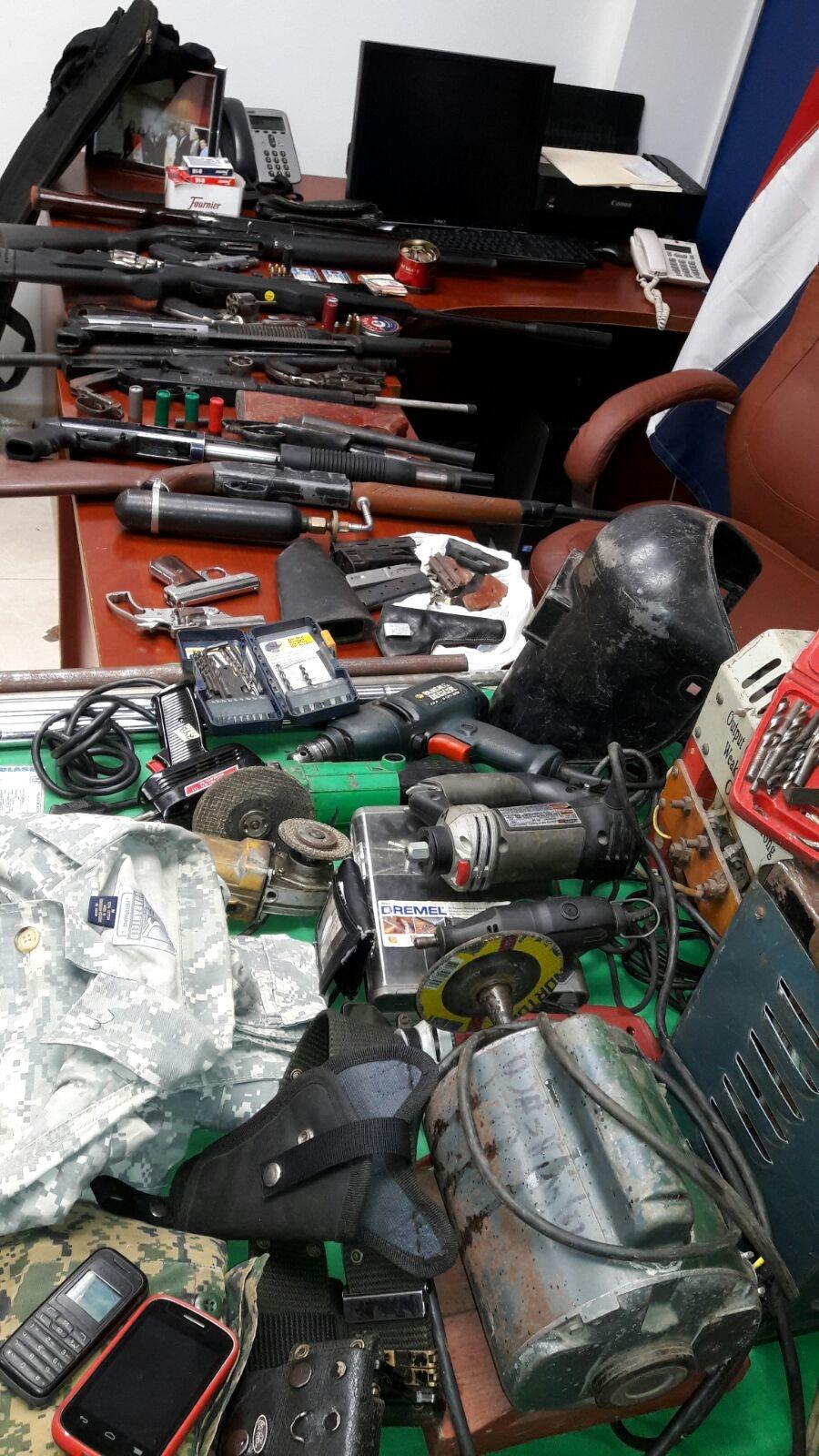 Valverde confiscan armas ilegales y arrestan cuatro for Porte y tenencia de armas de fuego en republica dominicana