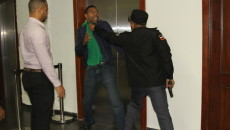 La seguridad de Manuel Jiménez focejea con el oficial de seguridad de Manuel Jiménez.