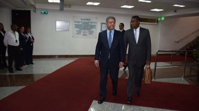 El ex presidente Leonel Fernández regresó el sábado a República Dominicana por el aeropuerto Internacional de las Américas.