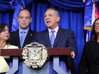 José Ramón Peralta, ministro administrativo de la presidencia encabezó la rueda de prensa,.