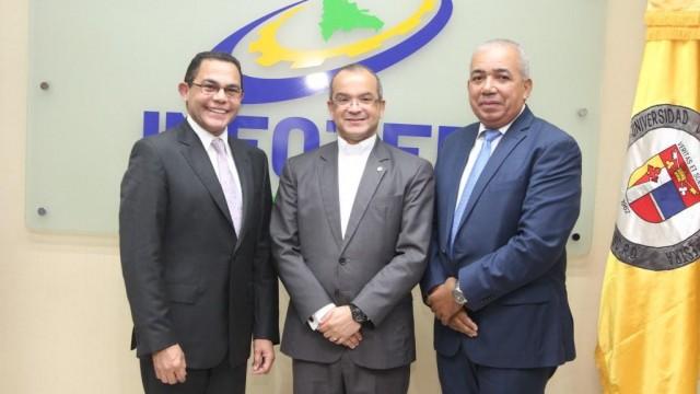 Director general,  del INFOTEP, Rafael Ovalles;Reverendo padre Alfredo de la  Cruz y Sixto Peralta, presidente de la Cámara de Comercio Puerto Plata