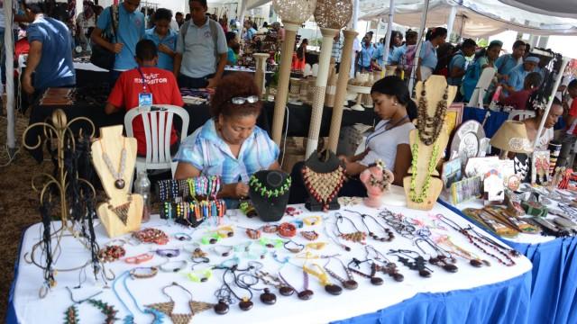 En la Plaza de la Cultura se presenta una exposición artesanal.