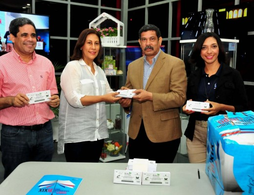 Rafael García Romero recibe los bonos de manos de la viceministra de Cultura, Ediltrudis Pichardo (Edilí)
