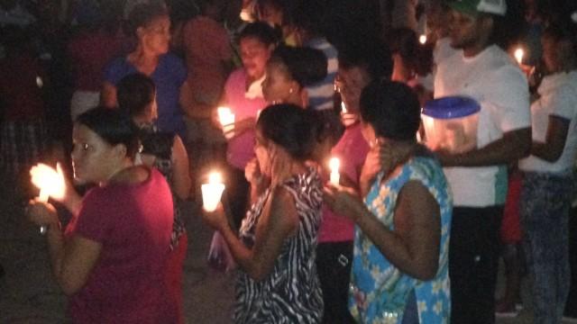 Residentes en Jimaní prende velas en la noche para reclamar que se haga la luz.