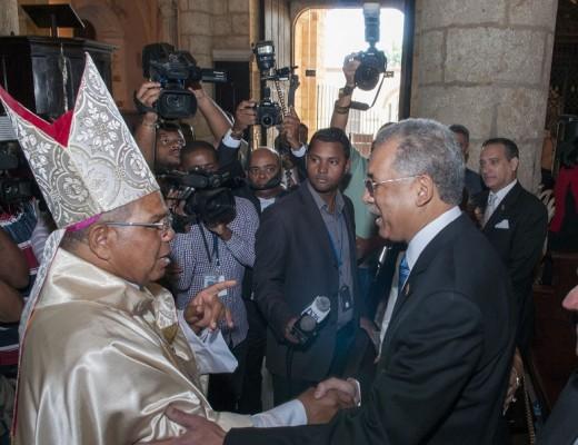 Monseñor Francisco Ozoria saluda al administrador general de Banreservas, Simón Lizardo Mézquita, después de la homilía celebrada en la Catedral de Santo Domingo con motivo del 75 aniversario de esa institución financiera.