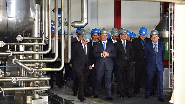El presidente Danilo Medina y ejecutivos de la Cervecería Nacional Dominicana recorren las instalaciones.