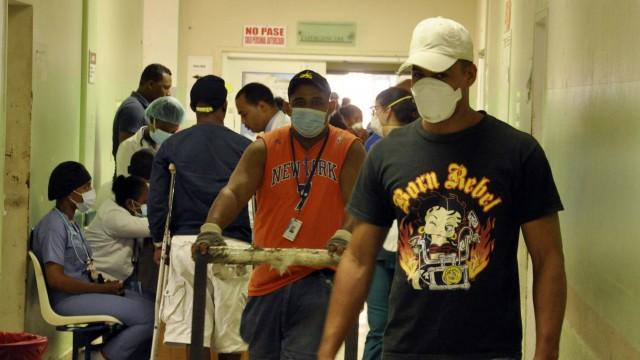Familiares y pacientes que llegan al Cabral y Báez utilizan mascarillas para evitar contagiarse de tuberculosis, foto Alex Reynoso.