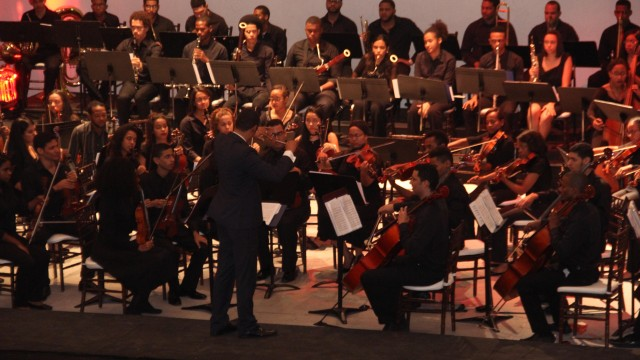 La Orquesta Juvenil del Conservatorio Nacional de Música se presenta en el acto.